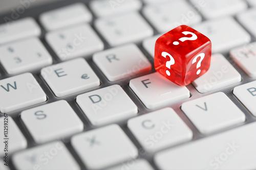 In de dag F1 Rot farbener / roter Würfel mit Fragezeichen auf Tastatur