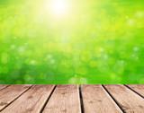 fondo verde abstracto con paseo de madera