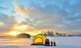湖畔のキャンプ・朝陽の雪原