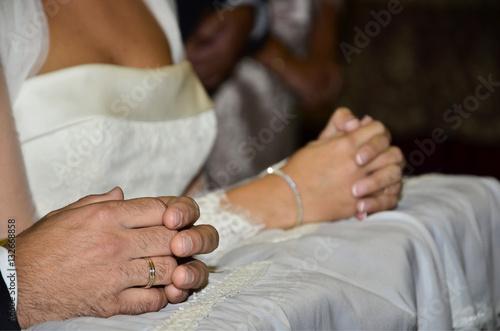 Poster Pareja de novios casándose.