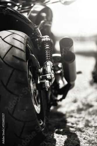Poster Motorrad von hinten im Gegenlicht
