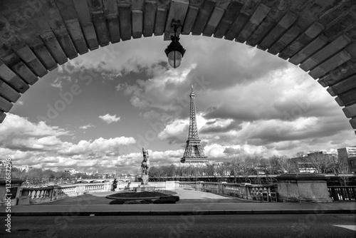 vista-de-la-torre-eiffel-desde-el-puente-bir-hakeim-paris-francia