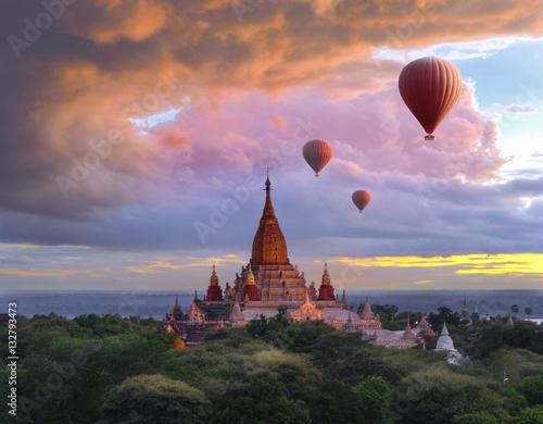 Naklejka Balloon flying over bagan pagoda at sunset scenery in Myanmar