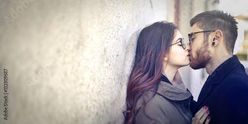 Plakat Couple kissing on the street