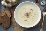 zuppa crema di aglio sfondo tavolo di cucina rustico