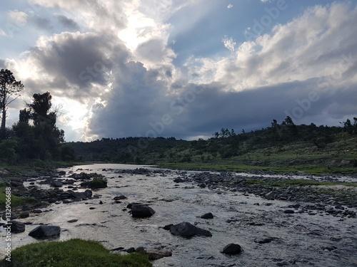 Poster rio natural de montañas