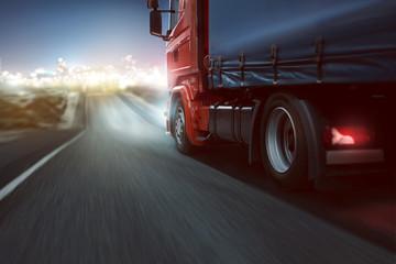 LKW fährt auf Stadtlichter zu