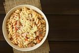 Nudeln mit Thunfisch- und Tomatensauce, bestreut mit geriebenem Käse, fotografiert mit natürlichem Licht (Selektiver Fokus, Fokus auf das Gericht)