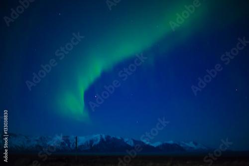 Poster Aurora boreal con montaña en Islandia