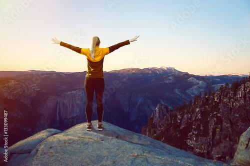 Sportliche Frau auf Berggipfel