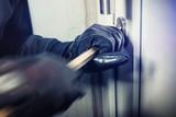 Einbrecher hebeln Fenster / Türe auf und steigen ins haus ein - 133211673