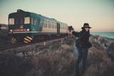 Ragazza che sta facendo lautostop con un treno