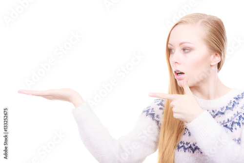 Poster Teenage blonde woman pointing at copyspace