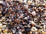 Мелкие камешки на берегу.