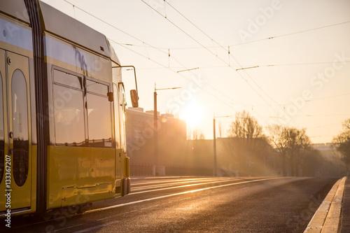Poster Straßenbahn bei Sonnenaufgang