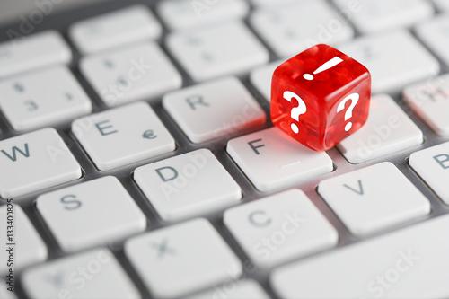 Poster Rot farbener / roter Würfel auf Tastatur mit FAQ - Frage Antwort