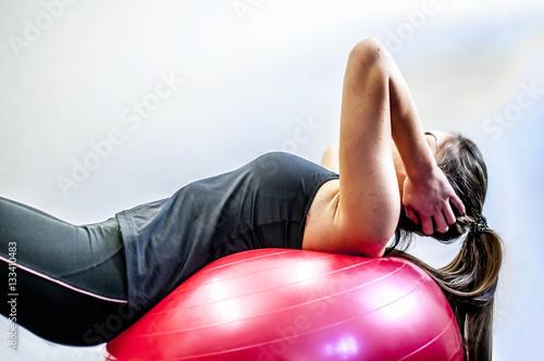 Fotobehang Voetbal ragazza si allena in palestra