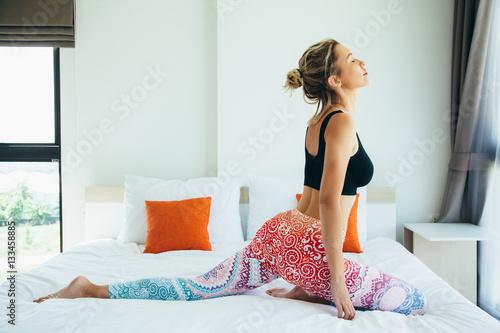 Fototapeta Kobieta robi joga w domu