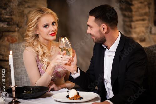 Poster Couple celebrating in restaurant
