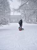 Зимняя прогулка по заснеженному парку.