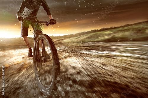Górscy rowerzyści w terenie