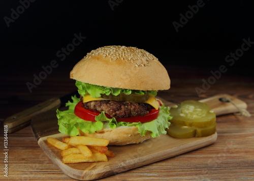 Poster домашний гамбургер с соленым и огурцом и говяжьей котлетой