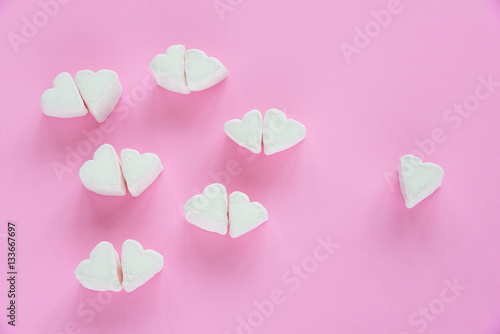 Poster Marshmallows in heart shapes for Valentines day over pink paper background to sh