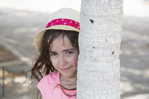 Poster Mädchen am Baum