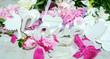 """Leinwandbild Motiv Romantik, Liebe, Sehnsucht, Gutschein: Margeriten und Kirschblüten auf weißem Holz mit weißen Vögeln und Schriftzug """"Love"""" :)"""