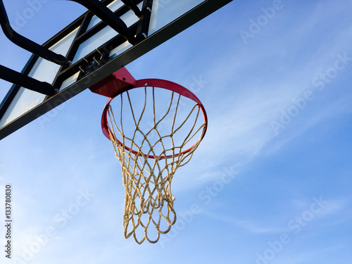 Poster Basketball basket net on blue sky outdoors background