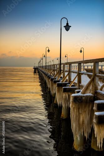 Zdjęcia na płótnie, fototapety na wymiar, obrazy na ścianę : Zimowy wschód słońca na molo