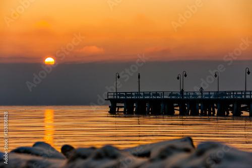 Zdjęcia na płótnie, fototapety na wymiar, obrazy na ścianę : Wschód słońca w Gdyni Orlowie z widokiem na molo