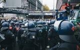 Polizeiaufmarsch bei Demonstration n Köln - 133847674