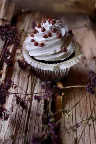 Poster Cupcake on a wooden background