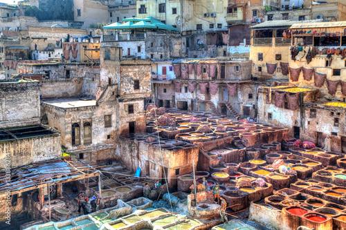 Fotobehang Marokko Im berühmten Viertel der Gerber in der Königstadt Fes in Marokko, Afrika, werden Tierhäute präpariert, gegerbt und gefärbt und zu Leder verarbeitet