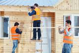 Team Handwerker baut zusammen Holzhaus