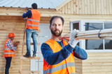 Handwerker Team baut Holzhaus als Eigenheim