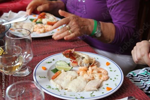 servizio a tavola portata di piatto di pesce