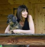 Coppia cane e padrona sorridenti