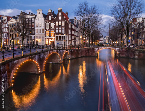 Deurstickers Amsterdam Amsterdam canals and bridges in the evening