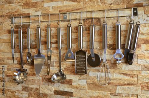 Zdjęcia zestaw przyborów kuchennych wiszących na ścianie