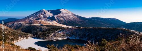 雪の霧島山と氷の白紫池