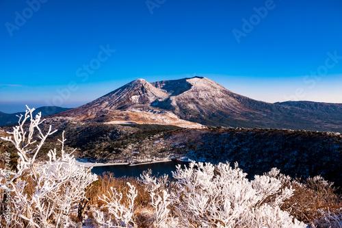 白鳥山から見る雪の霧島山