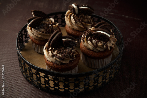 Poster Delicious Oreo cupcakes on dark background. selective focus