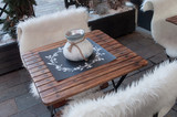 chaises en bois terrasse de restaurant - 134250853