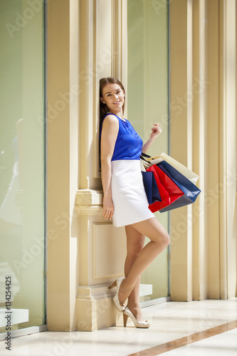 Billede Young brunette woman with some shopping bags in the mall