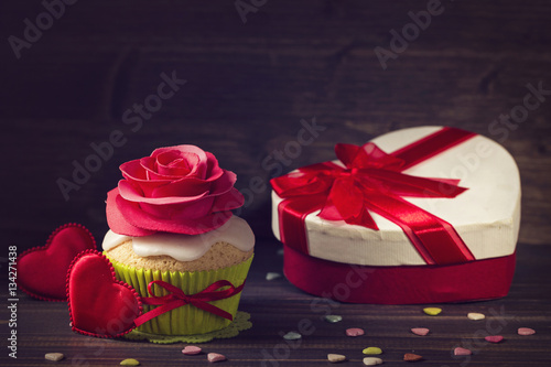 Poster Cupcake with rose and a present