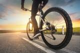 Jechać na rowerze po drodze. Koncepcja sportu i aktywnego życia w okresie letnim