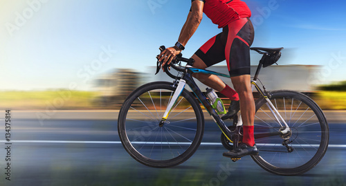 Mężczyzna na bicyklu na drodze