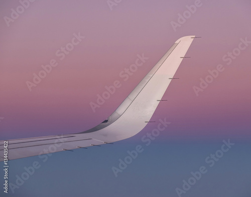Zdjęcia   sun at the wing of an aircraft flying in sunrise